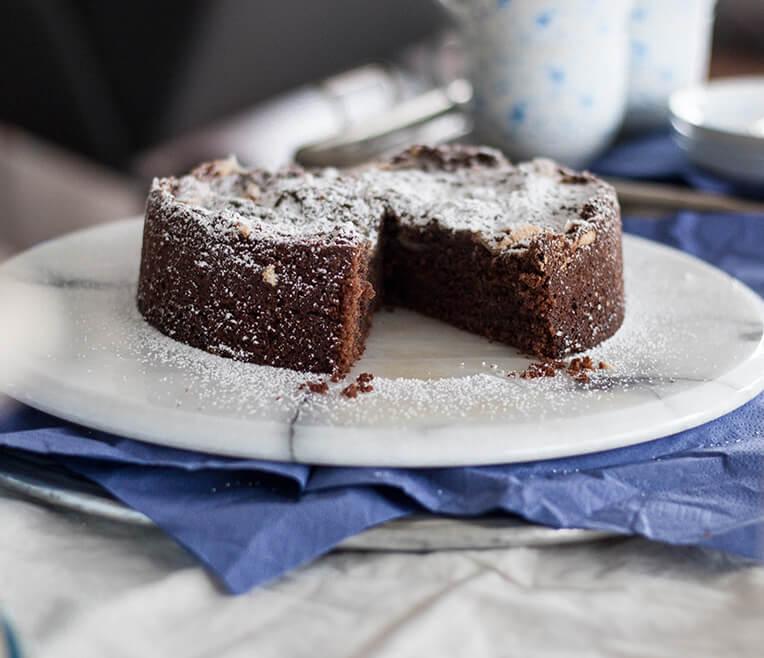 Weihnachtlicher Schokoladenkuchen mit Blaubeer-Frischkäse Creme