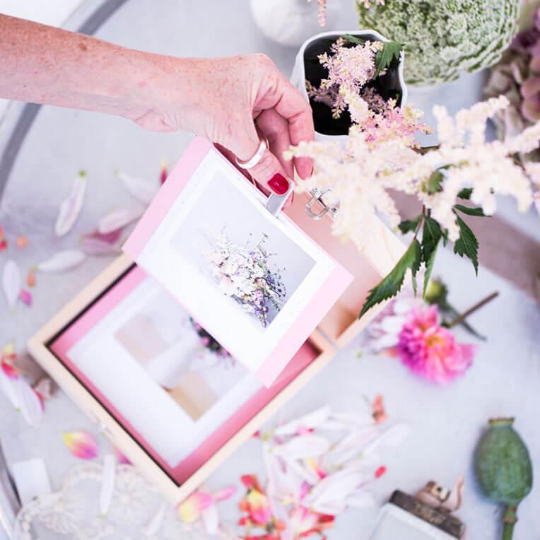Holzbox mit Leporello und Krepppapier Rosen