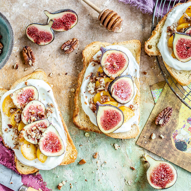Recipe »Toasts with yoghurt, figs and peach«