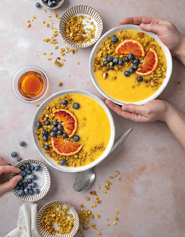 Rezept »Golden Smoothie Bowl mit Kurkuma Granola«