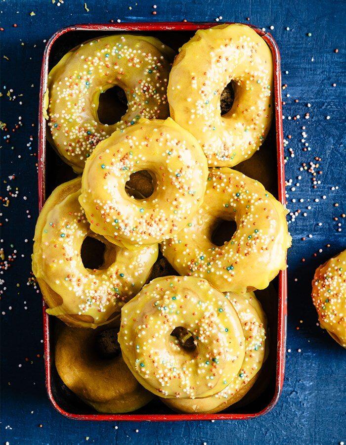 Rezept »Zitronen Safran Donuts mit Zitronenglasur«