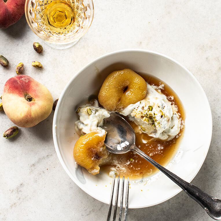 Recipe »Pistachio & Honey Frozen Yogurt & Amaretto Peaches«