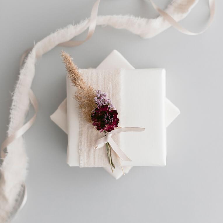 DIY »Geschenkverpackung mit getrockneten Blumensträußchen«