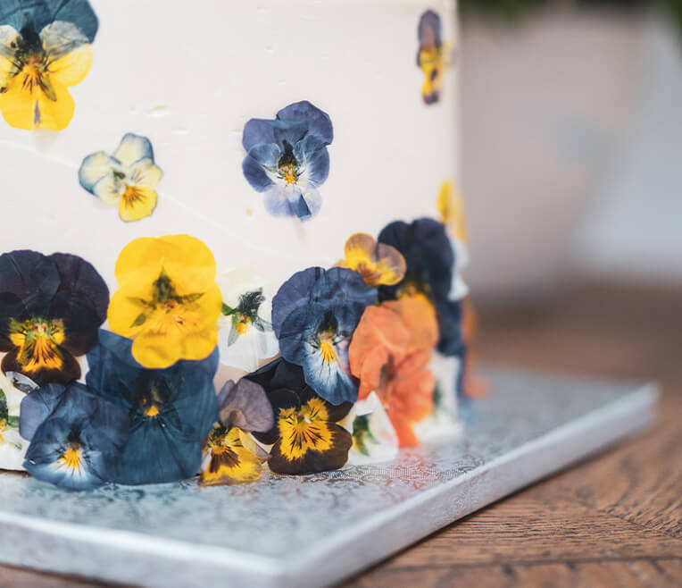 Hochzeitstorte mit gepressten Blüten
