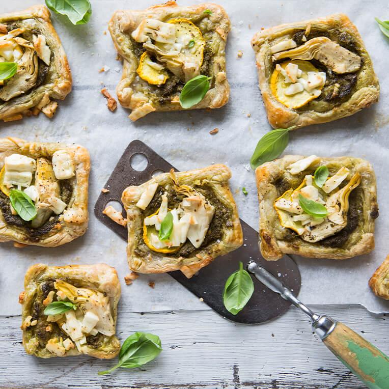 Rezept: »Mini-Quadrate mit Artischocke, Zucchini & Ziegenkäse«