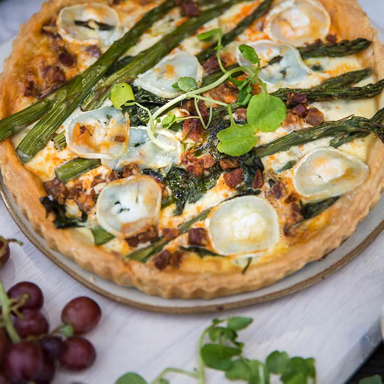 Rezept: »Tarte mit Spargel, Spinat, Chorizo & Ziegenkäse«
