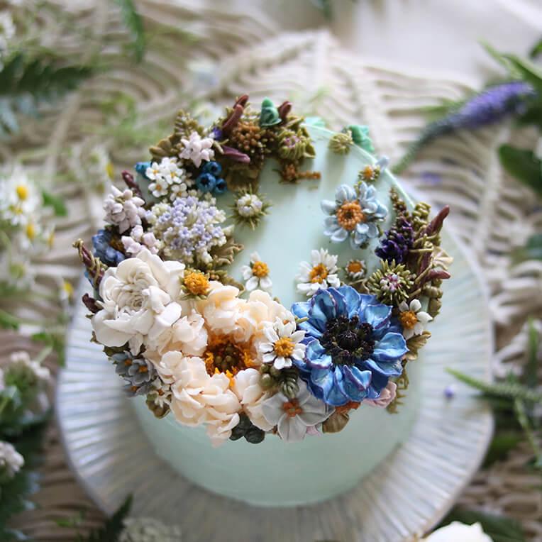 Buttercremetorte mit Anemonen als Verzierung